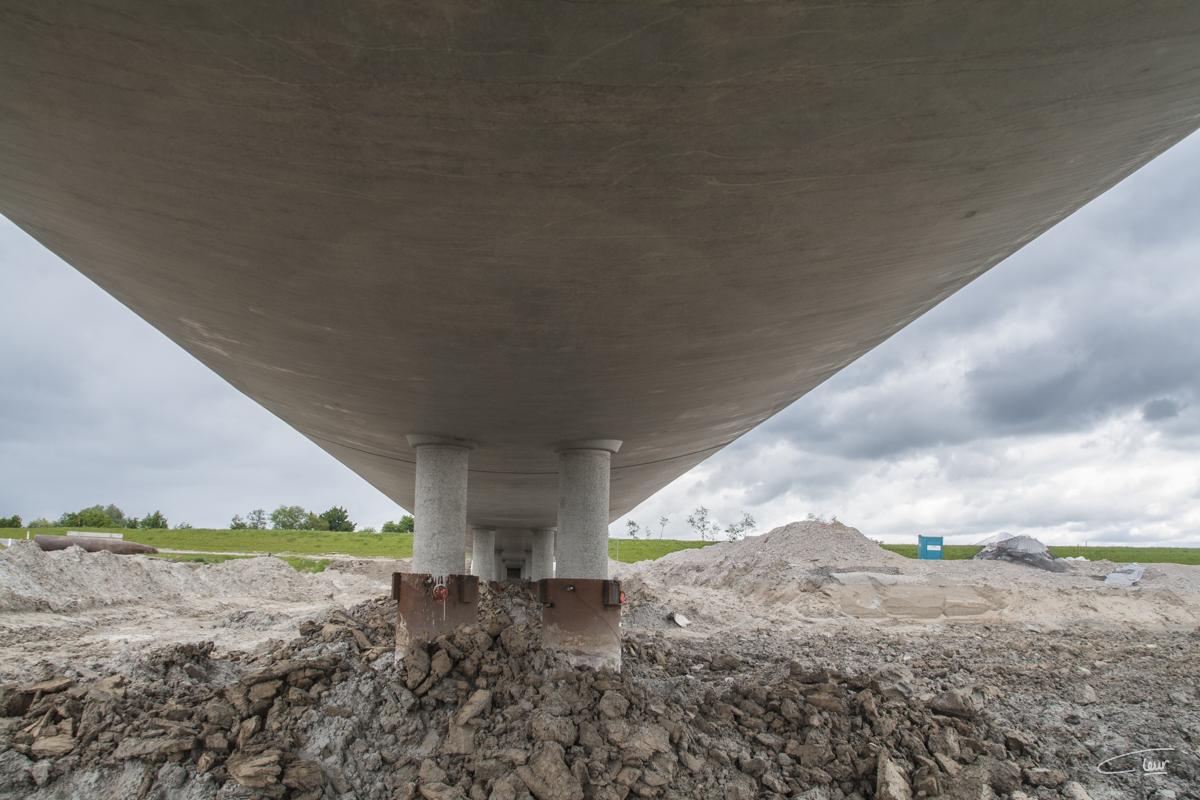 onder de overstroombare brug